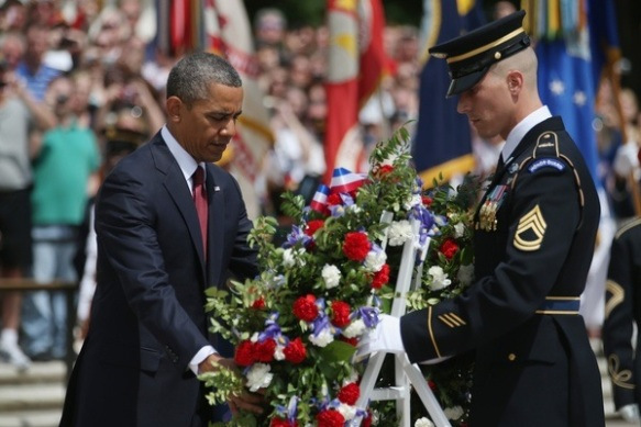 photo obama lays wreath